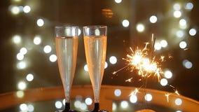 Celebración del Año Nuevo con dos vidrios y bengalas del champán almacen de metraje de vídeo