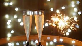 Celebración del Año Nuevo con dos vidrios y bengalas del champán metrajes