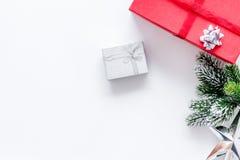 Celebración 2018 del Año Nuevo con los presentes y las cajas en la mofa blanca del veiw del top del fondo para arriba Fotos de archivo libres de regalías