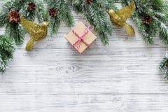 Celebración 2018 del Año Nuevo con los presentes y las cajas en mofa de madera del veiw del top del fondo para arriba Imagen de archivo