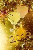 Celebración del Año Nuevo con los vidrios de cóctel Fotos de archivo