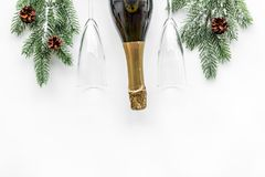 Celebración 2018 del Año Nuevo con mofa blanca spruce de la opinión superior del fondo de la rama, del champán y de la tabla de l Foto de archivo libre de regalías
