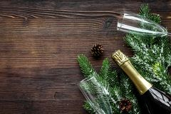 Celebración 2018 del Año Nuevo con mofa de madera spruce de la opinión superior del fondo de la rama, del champán y de la tabla d Imagen de archivo