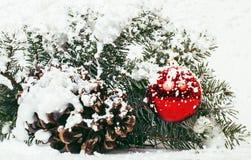 Celebración del Año Nuevo, materia del día de fiesta de la Navidad, árbol, juguetes, decoración con la nieve, sombrero del rojo d Imagenes de archivo