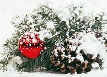Celebración del Año Nuevo, materia del día de fiesta de la Navidad, árbol, juguetes, decoración con la nieve, sombrero del rojo d Foto de archivo libre de regalías