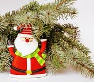Celebración del Año Nuevo, materia del día de fiesta de la Navidad, árbol, juguetes, decoración con la nieve, sombrero del rojo d Fotografía de archivo libre de regalías