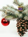 Celebración del Año Nuevo, materia del día de fiesta de la Navidad, árbol, juguetes, decoración con la nieve, sombrero del rojo d Fotos de archivo libres de regalías