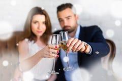 Celebración del Año Nuevo - par feliz con los vidrios de champán en Fotografía de archivo libre de regalías