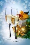 Celebración del Año Nuevo y de la Navidad. Dos vidrios de Champán en HOL Imagenes de archivo