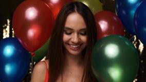 Celebración del cumpleaños Burbujas de jabón de la mujer que soplan con los globos almacen de metraje de vídeo