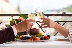 Celebración del día de boda con los vidrios de champán La novia está tostando con champán Fotografía de archivo