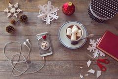 Celebración del día de fiesta de la Navidad Preparación de los copos de nieve de papel Visión desde arriba con el espacio de la c Imágenes de archivo libres de regalías