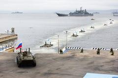 Celebración del día de la marina de guerra de Rusia en Vladivostok imagenes de archivo