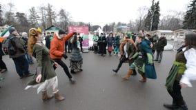 Celebración del día de St Patrick en el parque Sokolniki de Moscú almacen de metraje de vídeo