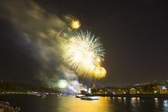 Celebración del 70.o aniversario de Victory Day (WWII) Moscú, Rusia Fuegos artificiales en el terraplén del río de Moskva Imagen de archivo