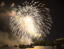 Celebración del 70.o aniversario de Victory Day (WWII) Moscú, Rusia Fuegos artificiales en el terraplén del río de Moskva Imagenes de archivo