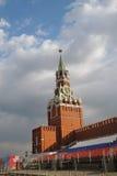 Celebración del primero de mayo en Moscú Torre de reloj de los salvadores Imagen de archivo libre de regalías