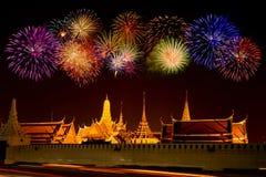 Celebración en el palacio magnífico, Tailandia del fuego artificial Imágenes de archivo libres de regalías