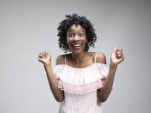 Celebración extática feliz de la mujer del éxito que gana siendo un ganador Imagen enérgica dinámica del modelo afro femenino fotos de archivo libres de regalías