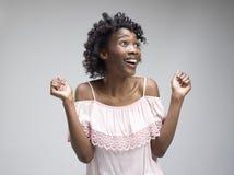 Celebración extática feliz de la mujer del éxito que gana siendo un ganador Imagen enérgica dinámica del modelo afro femenino imagen de archivo libre de regalías