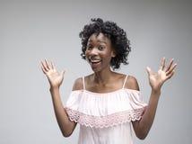 Celebración extática feliz de la mujer del éxito que gana siendo un ganador Imagen enérgica dinámica del modelo afro femenino fotos de archivo