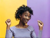 Celebración extática feliz de la mujer del éxito que gana siendo un ganador Imagen enérgica dinámica del modelo afro femenino fotografía de archivo