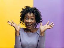 Celebración extática feliz de la mujer del éxito que gana siendo un ganador Imagen enérgica dinámica del modelo afro femenino foto de archivo