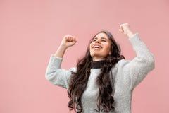 Celebración extática feliz de la mujer del éxito que gana siendo un ganador Imagen enérgica dinámica del modelo femenino imagenes de archivo