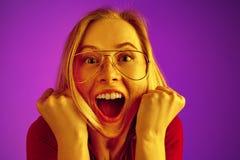 Celebración extática feliz de la mujer del éxito que gana siendo un ganador Imagen enérgica dinámica del modelo femenino imágenes de archivo libres de regalías