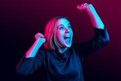 Celebración extática feliz de la mujer del éxito que gana siendo un ganador Imagen enérgica dinámica del modelo femenino imagen de archivo libre de regalías