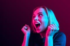 Celebración extática feliz de la mujer del éxito que gana siendo un ganador Imagen enérgica dinámica del modelo femenino fotos de archivo libres de regalías
