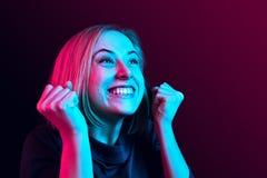 Celebración extática feliz de la mujer del éxito que gana siendo un ganador Imagen enérgica dinámica del modelo femenino fotos de archivo