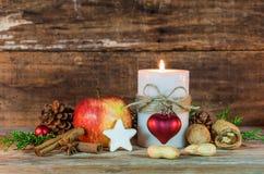 Celebración festiva del día de fiesta de la Navidad con la decoración de la vela y de la comida en la tabla de madera Fotos de archivo