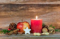 Celebración festiva del día de fiesta de la Navidad con la decoración de la vela y de la comida en la tabla de madera Foto de archivo