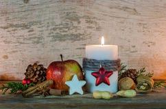 Celebración festiva del día de fiesta de la Navidad con la decoración de la vela y de la comida en la tabla de madera Imagen de archivo libre de regalías