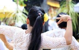 Celebración hindú en Bali Indonesia, ceremonia religiosa con los colores amarillos y blancos, baile de la mujer imágenes de archivo libres de regalías