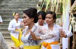 Celebración hindú en Bali Indonesia, ceremonia religiosa con los colores amarillos y blancos, baile de la mujer imagen de archivo libre de regalías