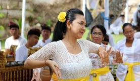 Celebración hindú en Bali Indonesia, ceremonia religiosa con los colores amarillos y blancos, baile de la mujer fotos de archivo libres de regalías