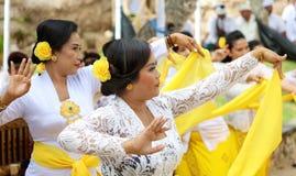 Celebración hindú en Bali Indonesia, ceremonia religiosa con los colores amarillos y blancos, baile de la mujer imagenes de archivo