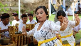 Celebración hindú en Bali Indonesia, ceremonia religiosa con los colores amarillos y blancos, baile de la mujer imagen de archivo