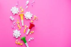 Celebración, ideas con confeti colorido, flámulas de los conceptos de los fondos del partido en blanco Diseño plano de la endecha fotografía de archivo libre de regalías