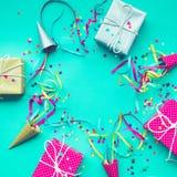 Celebración, ideas de los conceptos de los fondos del partido con la caja de regalo colorida imagen de archivo