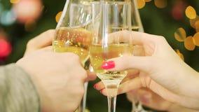 Celebración o partido Gente que sostiene los vidrios de champán que hacen los vidrios que tintinean de una tostada del champán en almacen de video