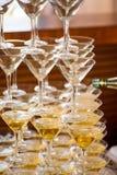celebración Pirámide de los vidrios del champán Entonado suavemente Fotos de archivo libres de regalías