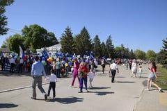 Celebración primer mayo, el día de primavera y de trabajo Desfile del primero de mayo en el cuadrado del teatro en la ciudad de S Foto de archivo