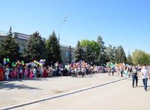 Celebración primer mayo, el día de primavera y de trabajo Desfile del primero de mayo en el cuadrado del teatro en la ciudad de S Fotografía de archivo