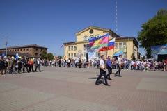 Celebración primer mayo, el día de primavera y de trabajo Desfile del primero de mayo en el cuadrado del teatro en la ciudad de S Imágenes de archivo libres de regalías