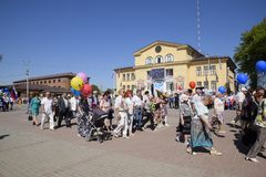 Celebración primer mayo, el día de primavera y de trabajo Desfile del primero de mayo en el cuadrado del teatro en la ciudad de S Imagen de archivo