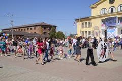 Celebración primer mayo, el día de primavera y de trabajo Desfile del primero de mayo en el cuadrado del teatro en la ciudad de S Fotos de archivo