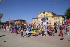 Celebración primer mayo, el día de primavera y de trabajo Desfile del primero de mayo en el cuadrado del teatro en la ciudad de S Fotografía de archivo libre de regalías